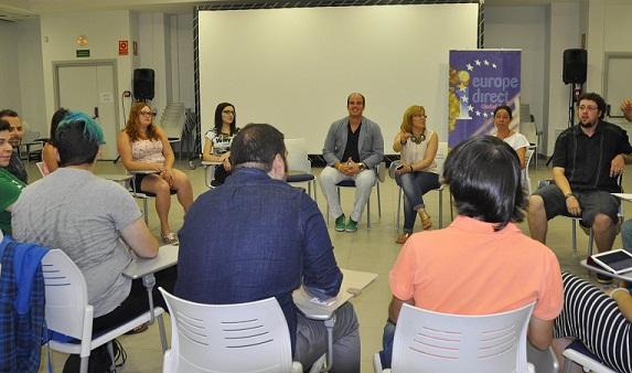 Carlos Gutiérrez valora de forma positiva que 15 jóvenes europeos estén en la capital hablando de democracia, participación y voluntariado social