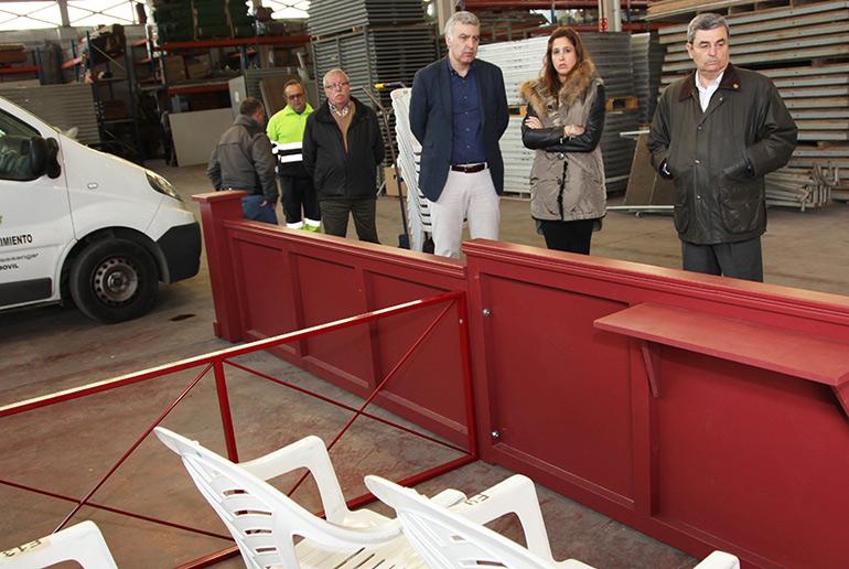 Rosa Romero comprueba los trabajos de construcción de las nuevas tribunas de Semana Santa que está realizando el Ayuntamiento