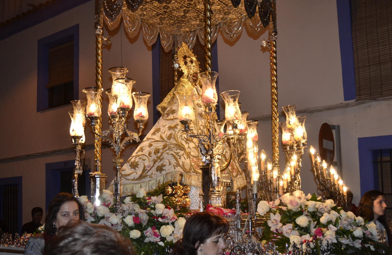 Decenas de niños acompañan en Daimiel a la Virgen en la procesión por la festividad de la Ascensión
