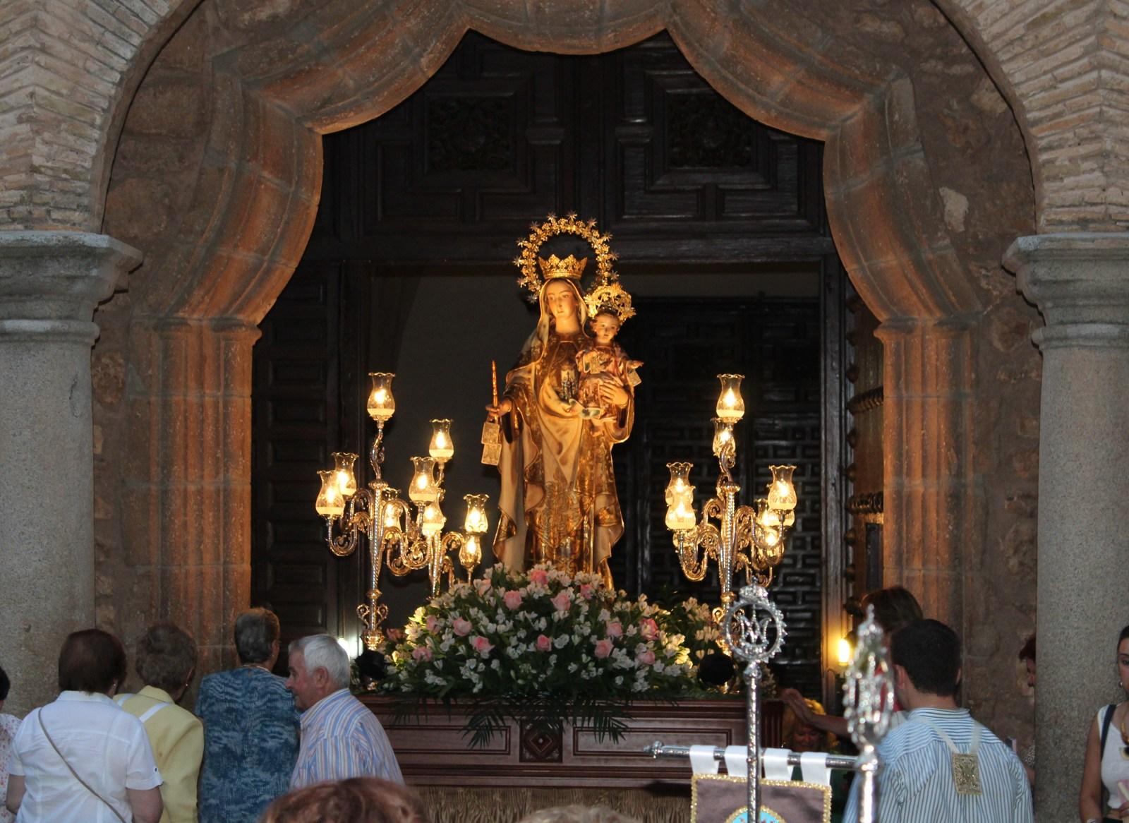 La Virgen del Carmen procesionó la noche del jueves arropada por un centenar de fieles