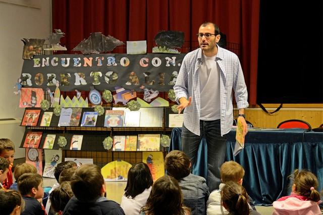 El escritor e ilustrador Roberto Aliaga mantiene un encuentro con escolares en el Antiguo Casino