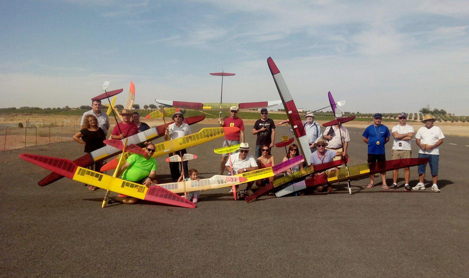 Pericia sobre el aire en el torneo de veleros del Club de Aeromodelismo Daimiel