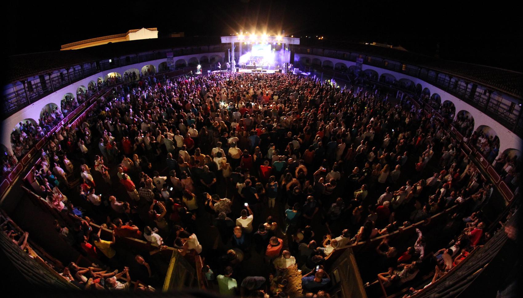 La plaza de toros de Almadén registra un aforo completo en el concierto de Medina Azahara