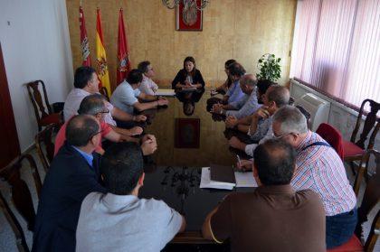 La alcaldesa traslada a los vecinos de La Pedregosa el requerimiento del Juzgado de lo Penal para que se liciten las demoliciones