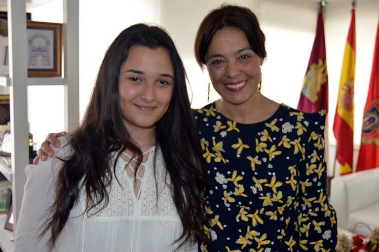 Pilar Zamora entrega el primer pañuelo de yerbas de la Pandorga 2017 a Rocío Aguilar