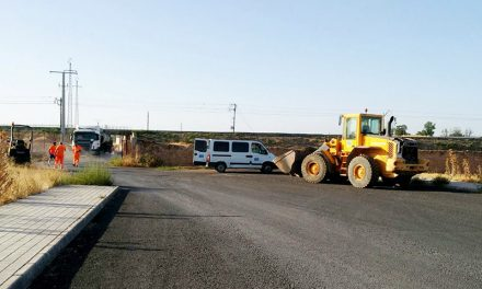 La concejalía de Agricultura inicia el rebacheo de los caminos asfaltados