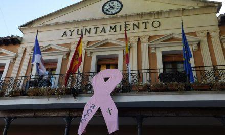 Desplegado en el Ayuntamiento el lazo rosa contra el cáncer de mama