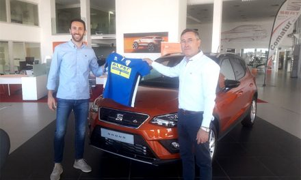El CD Manchego presenta al jugador Rafa García en el concesionario Seat Comatur