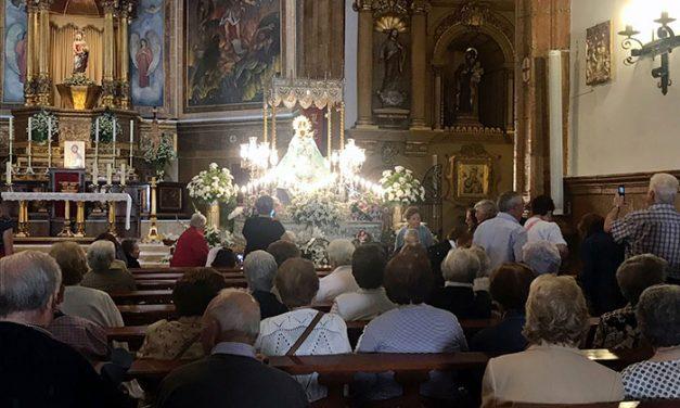 Centenares de personas mayores se han reunido en torno a la Virgen de las Cruces