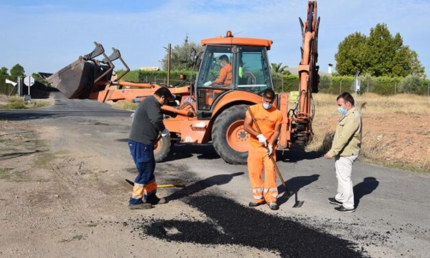 Los trabajos de bacheo se inician en los caminos de Ciudad Real y Las Cruces